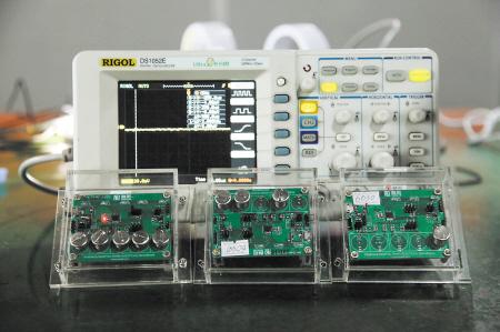 融和微电子员工现场调试触摸技术